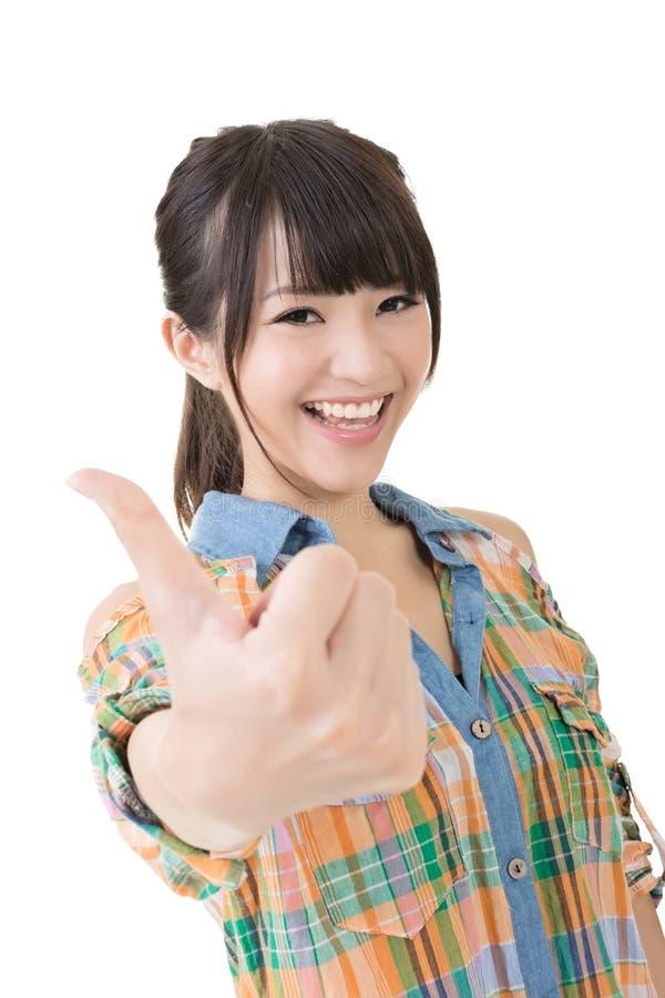 Азиатские большие пальцы руки молодой женщины вверх стоковые фото