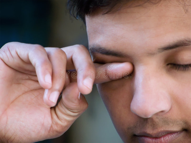 Азиатские глаза затирания человека стоковые изображения rf