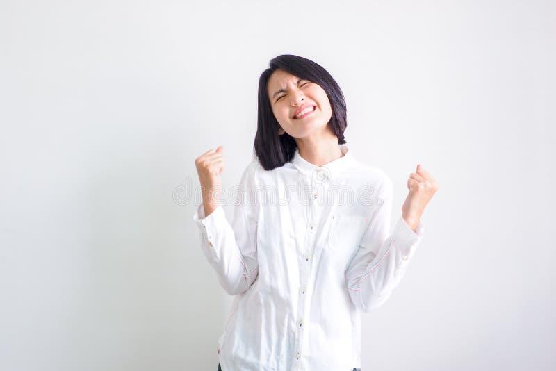 Азиатские девушки нося белые рубашки чувствуют хорошими стоковые фото
