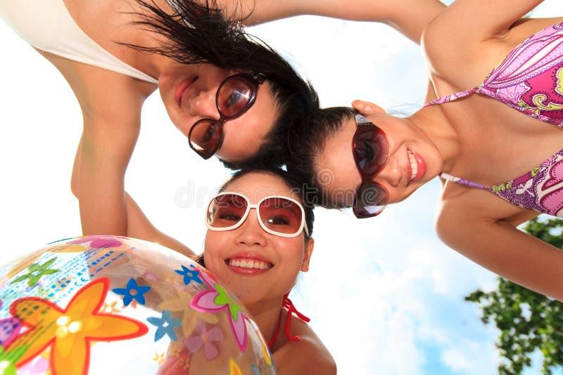 азиатские девушки потехи имеют солнце вниз Бесплатные Стоковые Изображения