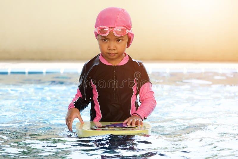Азиатские девушки практикуют плавать стоковые изображения