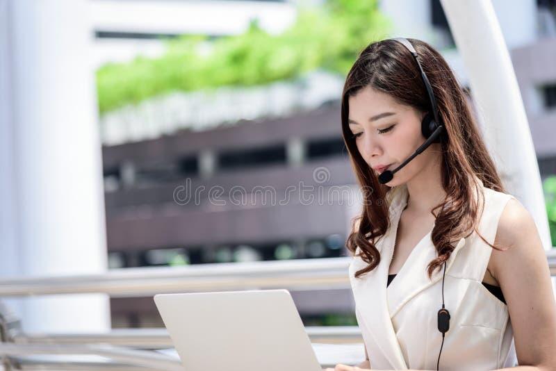 Азиатские деятельность и деятельность бизнес-леди в внешнем офисе стоковое фото rf