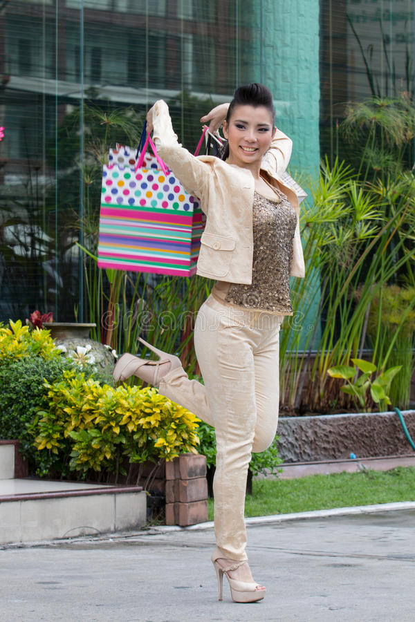 Азиатские девушки счастливы ходить по магазинам. стоковые фотографии rf