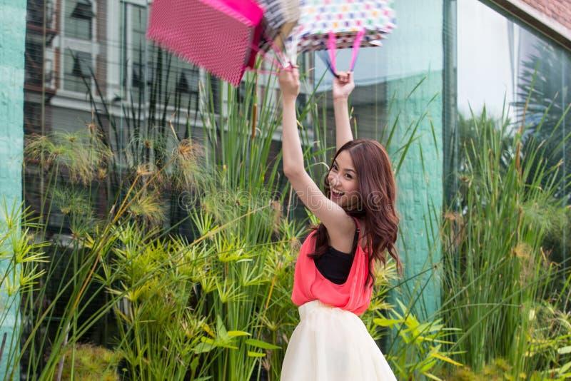 Азиатские девушки счастливы ходить по магазинам. стоковое изображение