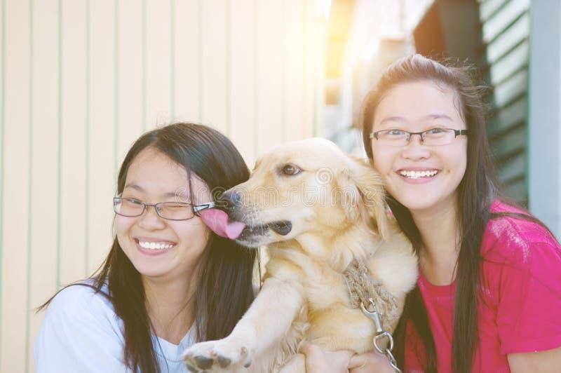 Азиатские девушки с собакой стоковые изображения