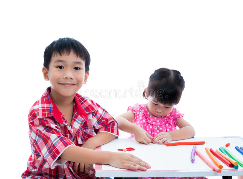 Азиатские дети играя с глиной игры на таблице Усильте изображение стоковая фотография rf