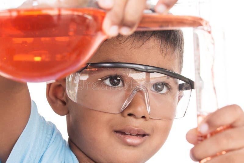 Азиатские дети и эксперименты по науки стоковые изображения rf