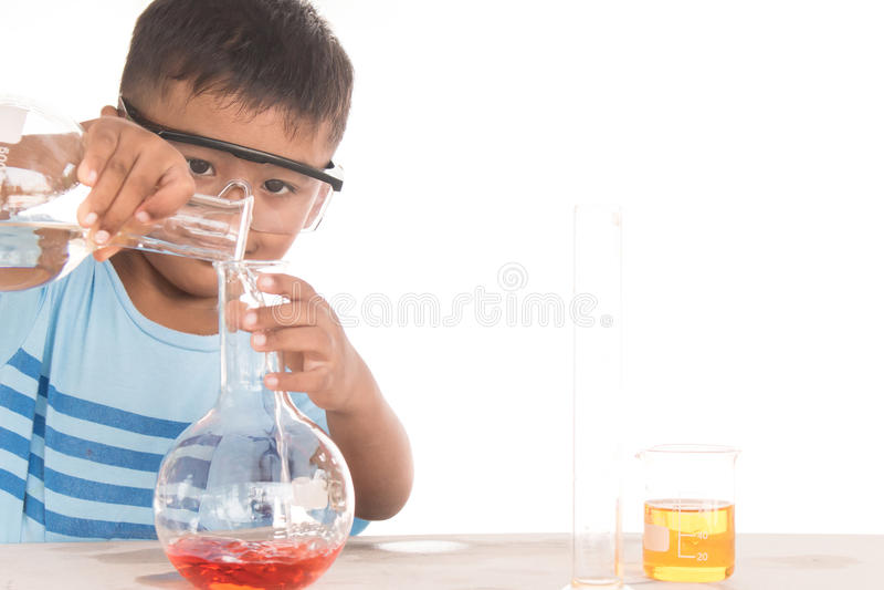Азиатские дети и эксперименты по науки стоковые фотографии rf