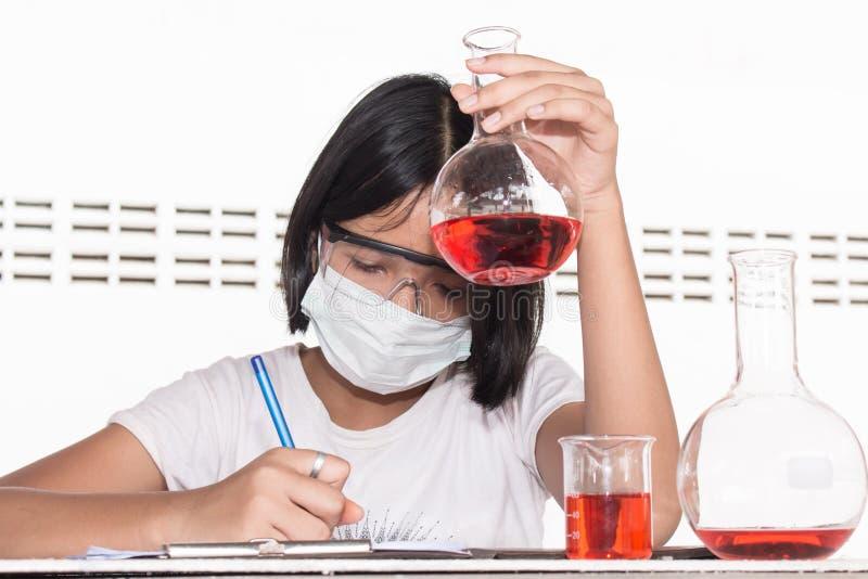 Азиатские дети и эксперименты по науки стоковое изображение rf