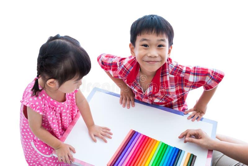 Азиатские дети подготавливают создают игрушки от глины игры Усильте im стоковые изображения