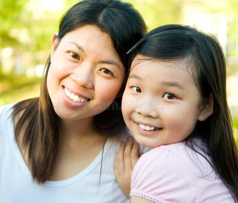 Азиатские женщина и дочь стоковое изображение