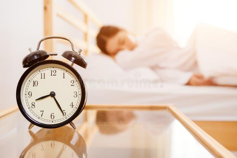 Азиатские женщины все еще спят в утре ярком стоковые изображения rf