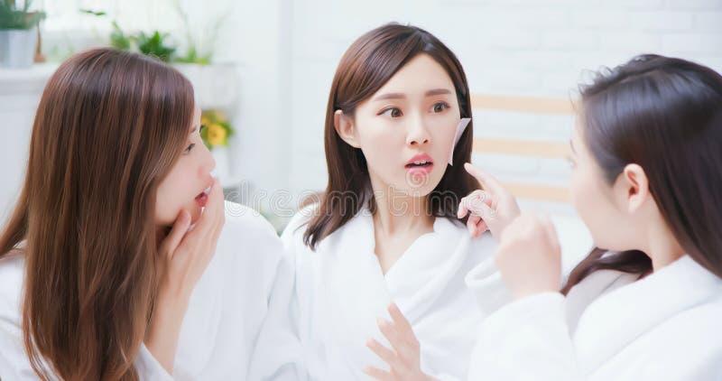 Азиатские женщины заботятся о коже стоковые фото