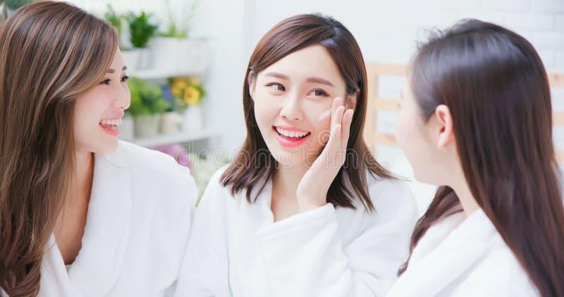 Азиатские женщины заботятся о коже стоковая фотография rf