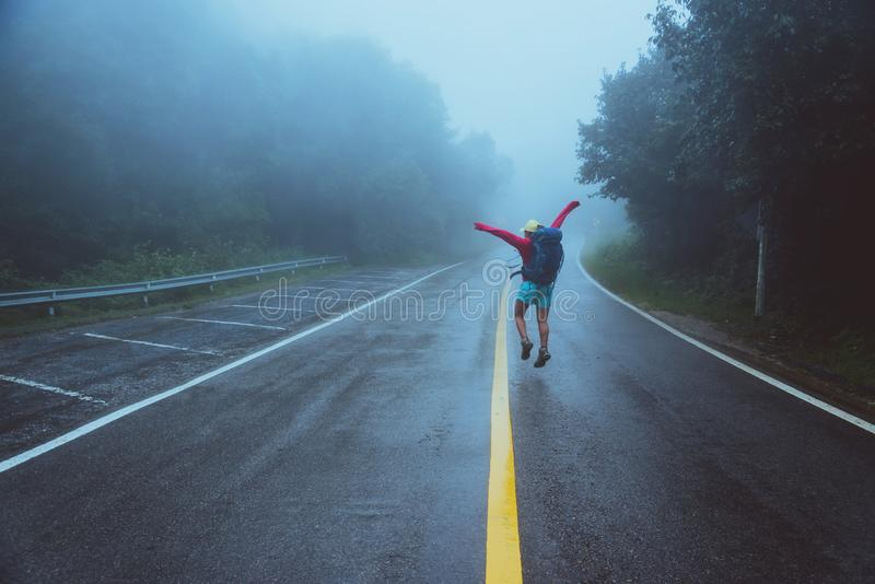 Азиатские женщины путешествуют природа Прогулка на маршруте дороги путешествующ природа счастливо Между туманом дождливым сезон д стоковое изображение rf
