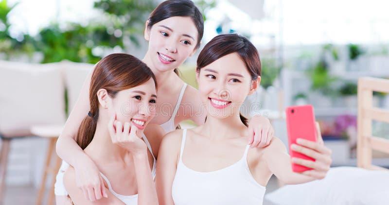 Азиатские женщины счастливо берут селфи стоковые фотографии rf