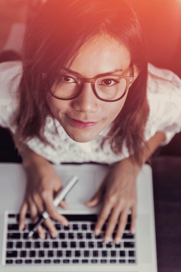 Азиатские женщины счастливы с их работой стоковое изображение rf
