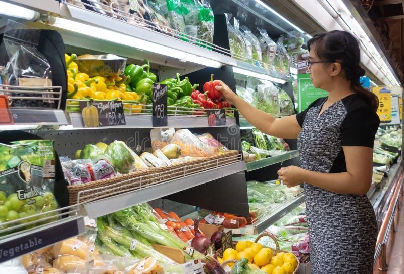 Азиатские женщины ходя по магазинам в супермаркете или гастрономе стоковое фото rf