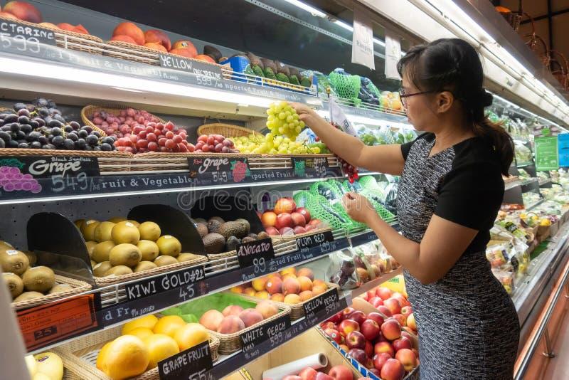Азиатские женщины ходя по магазинам в супермаркете или гастрономе стоковая фотография rf