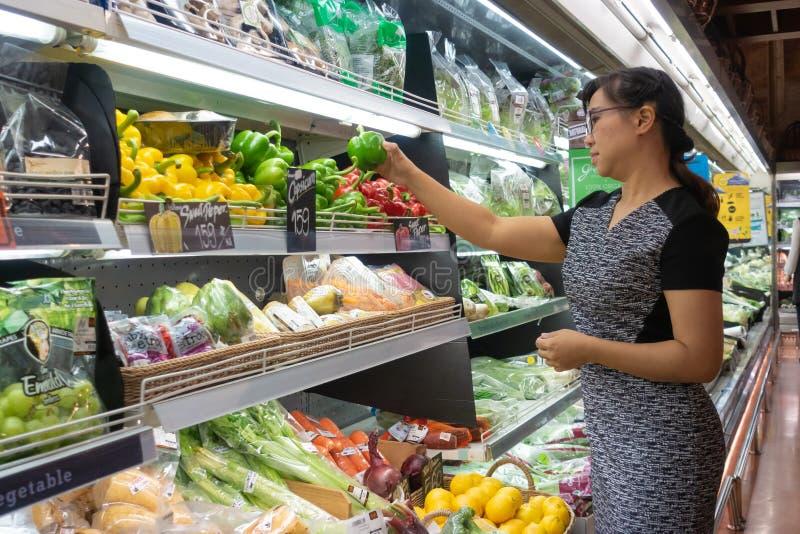 Азиатские женщины ходя по магазинам в супермаркете или гастрономе стоковые изображения