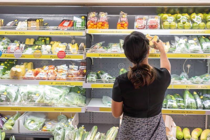 Азиатские женщины ходя по магазинам в супермаркете или гастрономе стоковые изображения rf