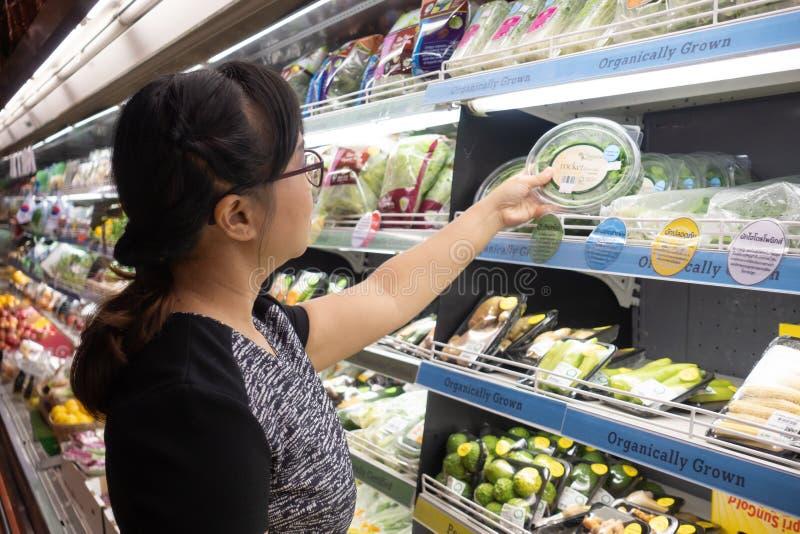 Азиатские женщины ходя по магазинам в супермаркете или гастрономе стоковые фотографии rf