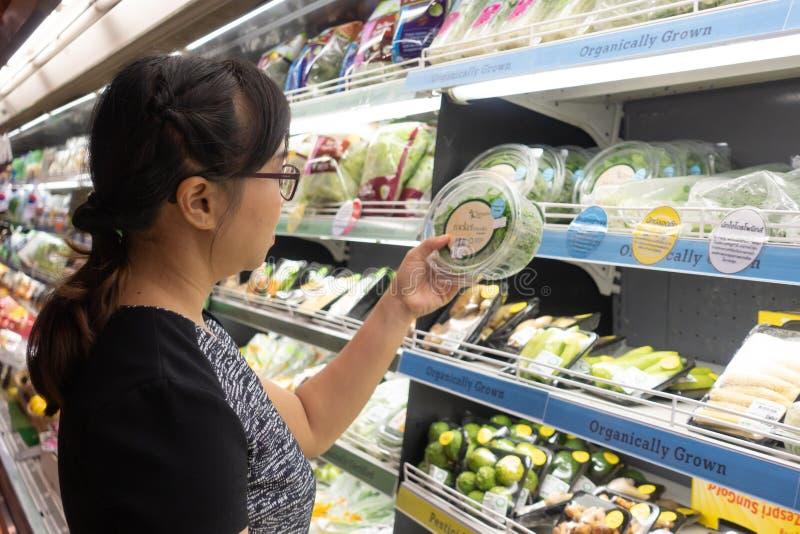 Азиатские женщины ходя по магазинам в супермаркете или гастрономе стоковая фотография