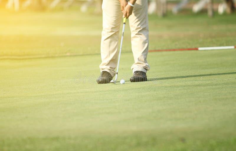 Азиатские игроки в гольф ударяют подметать и держат поле для гольфа в лете fo стоковая фотография