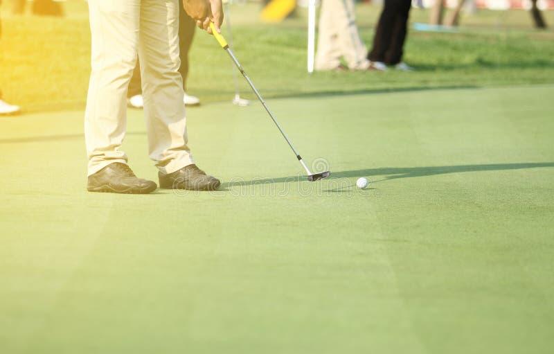 Азиатские игроки в гольф ударяют подметать и держат поле для гольфа в лете fo стоковое фото