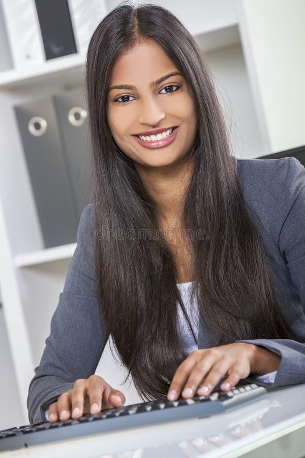 Азиатские индийские женщина или коммерсантка в офисе стоковое фото rf