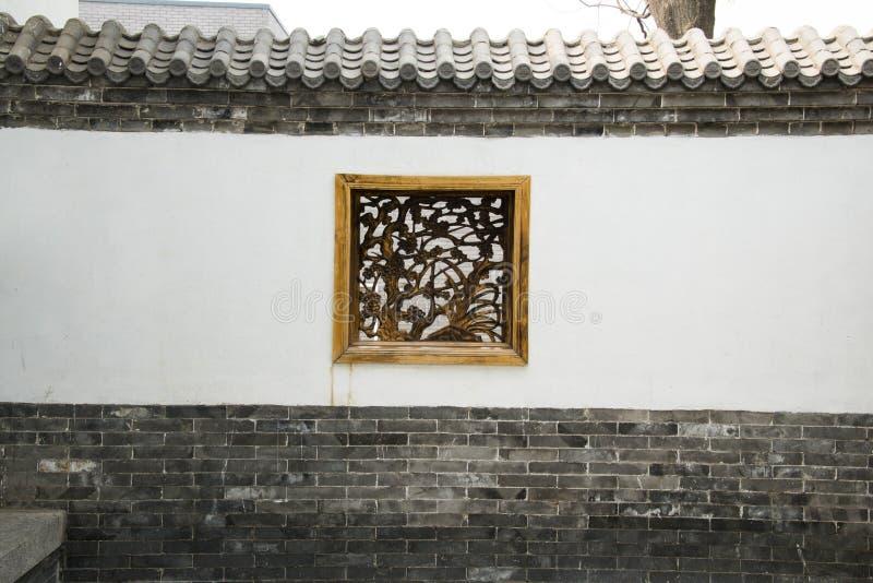 Азиатские китайские античные здания, белые стены, плитки и деревянное окно стоковая фотография rf