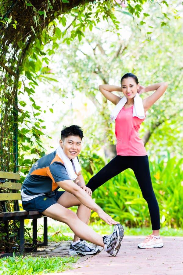 Азиатские китайские пары на внешней тренировке фитнеса стоковая фотография rf