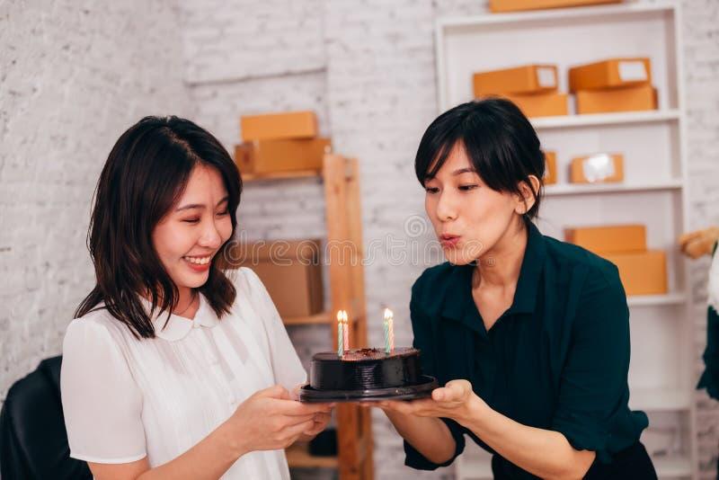 Азиатские коммерсантки празднуя день рождения в офисе стоковые изображения rf