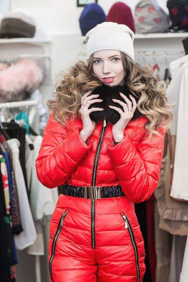азиатские красивейшие кавказские одежды одевая женскую счастливую внутри помещения смотря женщину магазина модельной покупкы поку стоковая фотография rf
