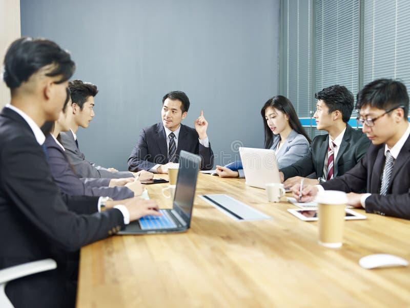 Азиатские люди корпоративного бизнеса встречая в офисе стоковая фотография rf