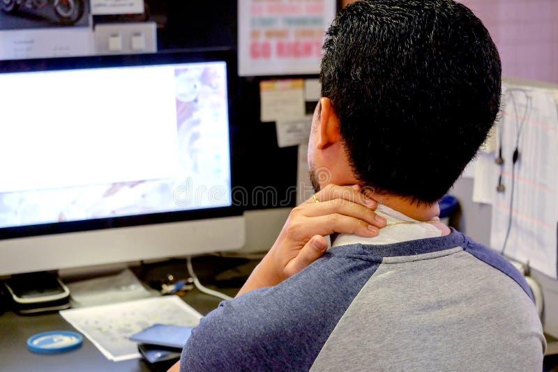 Азиатские люди страдают от боли шеи стоковое изображение