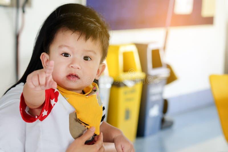 Азиатские мальчики ребенка указывают пальцы невиновно стоковые фото