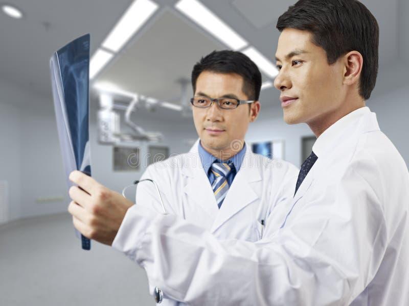 Азиатские медицинские профессионалы стоковые фотографии rf