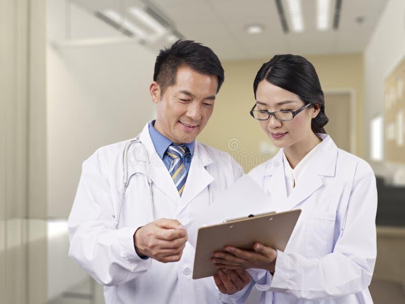 Азиатские медицинские профессионалы стоковое изображение rf