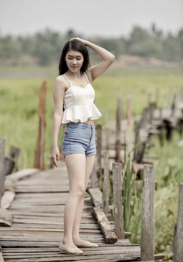 азиатские милые детеныши женщины стоковое фото rf