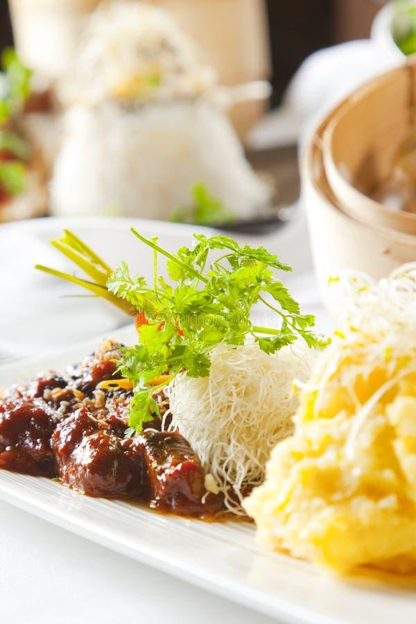 азиатские овощи лапшей тарелки говядины стоковое изображение