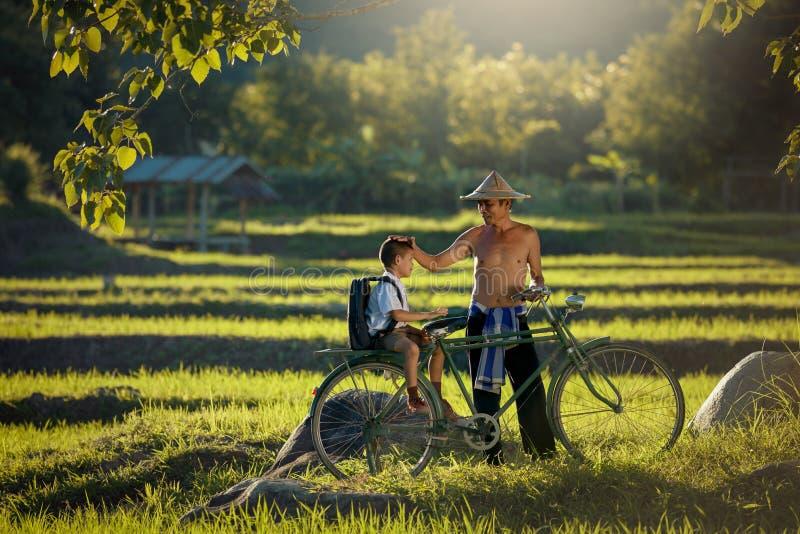 Азиатские отец и сын семьи фермера стоковая фотография rf