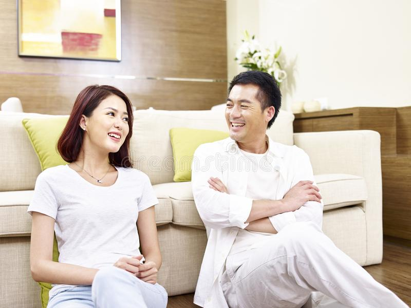 Азиатские пары беседуя дома стоковое изображение