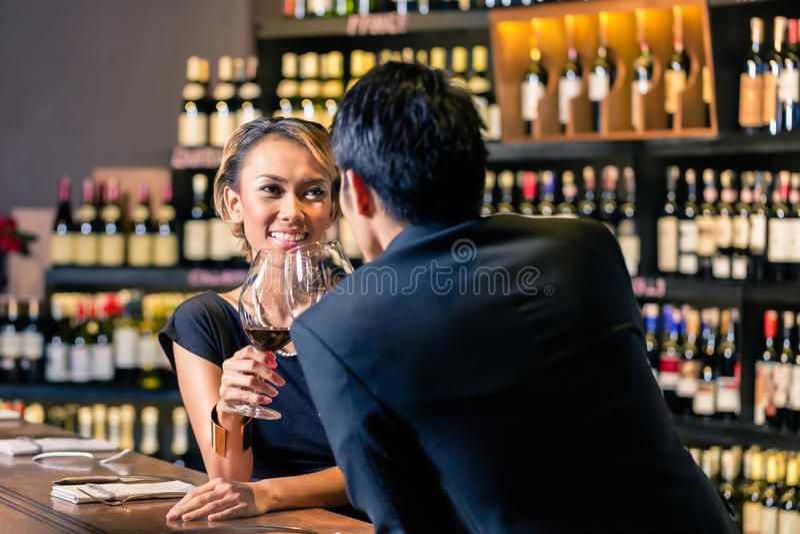 Download Азиатские пары выпивая красное вино Стоковое Фото - изображение насчитывающей жизнерадостно, индонесия: 41663338