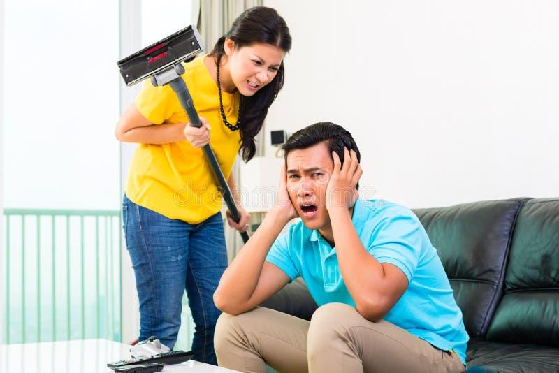 Азиатские пары имея затруднения отношения стоковые фото