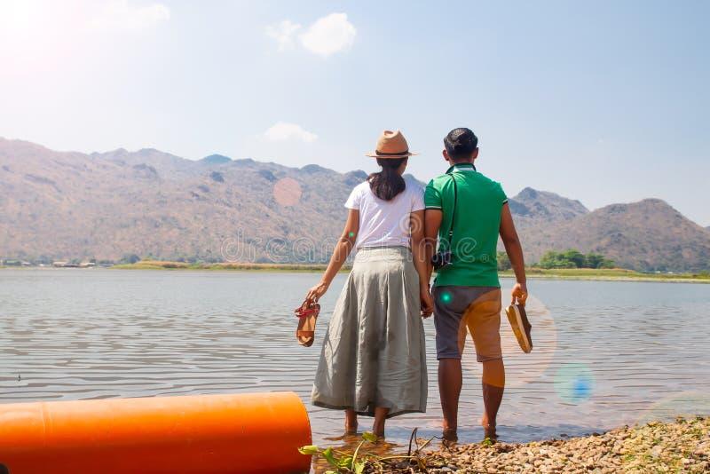 Азиатские пары счастье с видом на озеро горы природы, счастливыми людьми стоковое фото