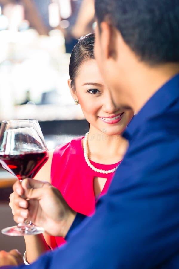 Download Азиатские пары с вином в ресторане Стоковое Изображение - изображение насчитывающей индонесия, пепельнообразные: 40585923