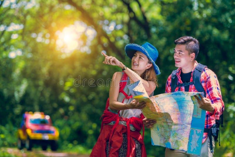 Азиатские пары для новый смотреть приключения стоковое изображение