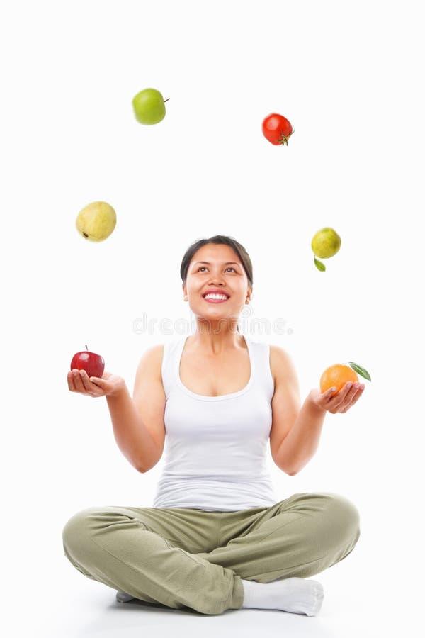 азиатские плодоовощи жонглируя женщиной стоковая фотография rf