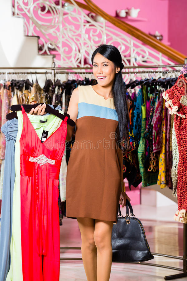 Download Азиатские покупки женщины в магазине моды Стоковое Изображение - изображение насчитывающей приобретение, изобилия: 41663355